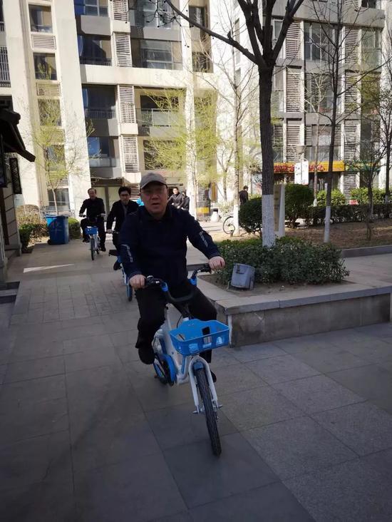 王浩骑同享单车暗访