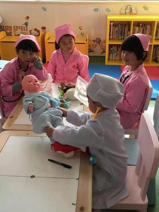 """5岁女孩开""""敞篷跑车"""" 一个人去医院做手术(图)"""