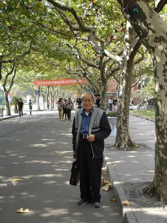 张斌先生耄耋之年下课回家