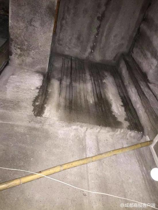 ▲出事房间还有渗水的痕迹