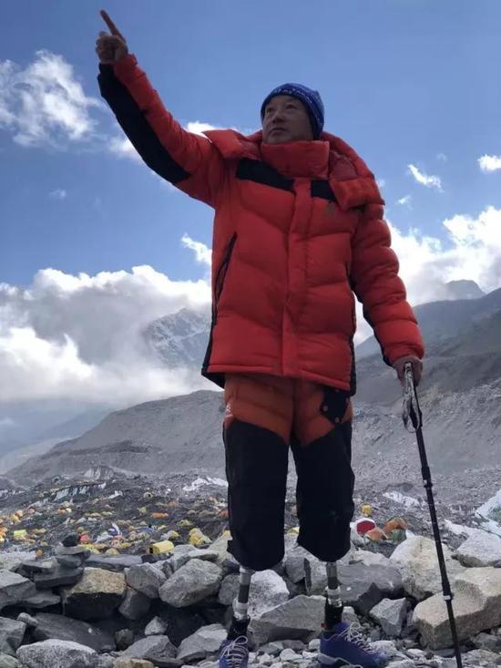 69岁无脚登山家夏伯渝圆梦登顶珠峰:43年5次挑战