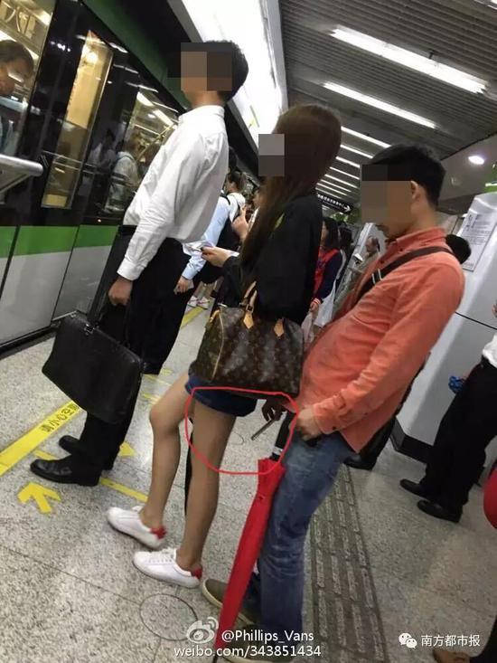▲网友@Phillips_Vans 爆料,2016年5月27日,在上海地铁2号线世纪大道站,曾目睹一男子用手机偷拍女乘客的裙底。事发后,上海某大学官微承认男子为该校学生。