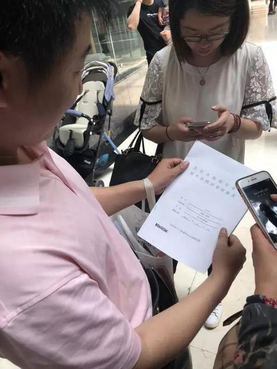 5月18日,第一名办理完成落户申请准迁手续的人 本报记者郭静婷/摄影