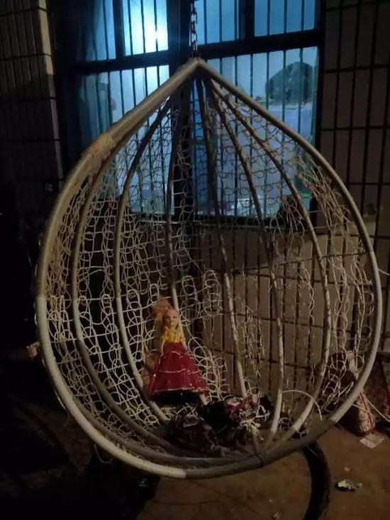 院子里放着摇篮,据凤雅奶奶说,是在她输液的时候为了哄她买的。实习生王露晓摄