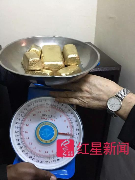 ▲在交易中核验黄金 受访者供图