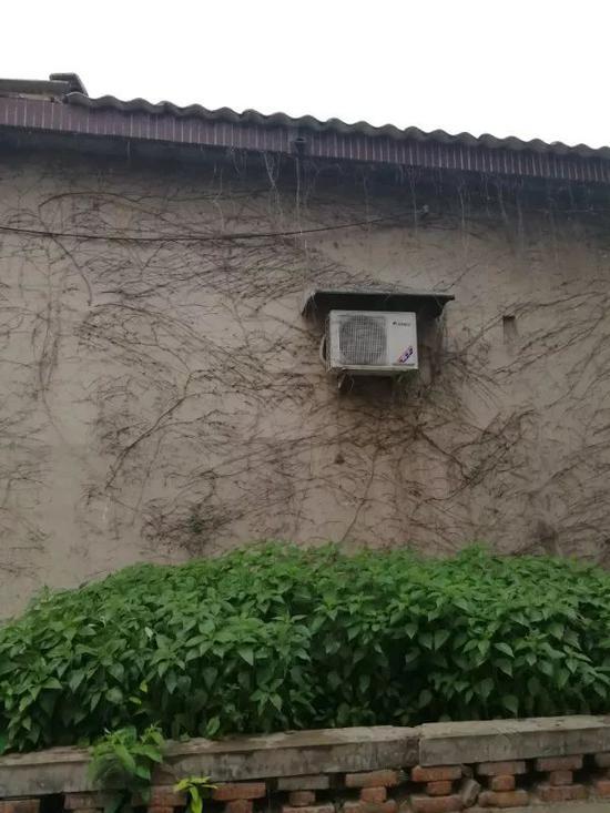(杨和同家墙壁上悬挂的的空调外机)