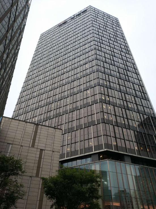 7月6日下午4点,上海企业天地3号楼(无限极大厦)26层、27层为阜兴集团、郁泰投资原办公地,现已腾空,而28层华闻传媒还在 吕方锐/摄