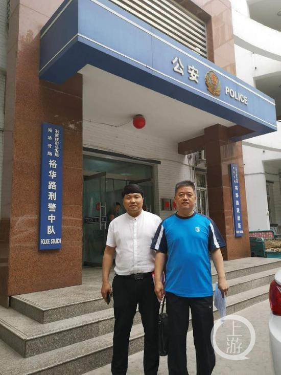 ▲6月4日下午,吴章柱(右)在辩护律师陪同下来到裕华路刑警中队,主动到案说明情况。摄影/上游新闻记者 沈度