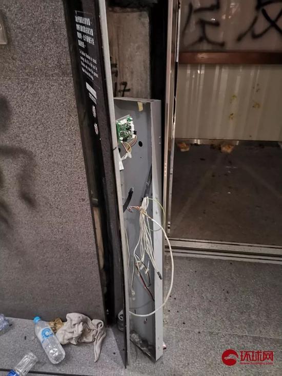 电梯旁边的墙体被凿开