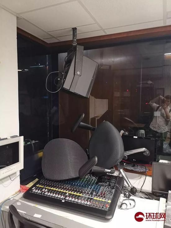 即时传译室的电脑和设施也被破坏