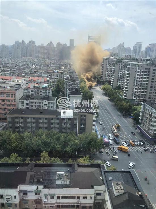 杭州建国路路面发生塌陷疑似天然气泄漏