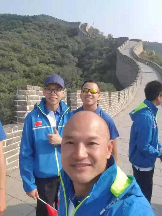香港光头刘sir登上长城 自拍照太帅了(图)