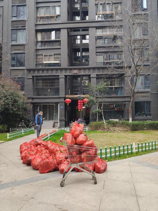 """武汉小区居民向指导组喊""""假的""""后:已方便买到廉价菜 当地称不会为难喊话居民图片"""