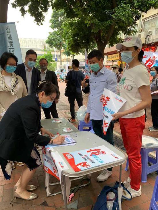 律政司司长郑若骅下昼三点到广西社团天后街站署名。