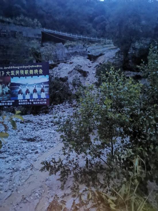 四川甘孜州发生泥石流交通中断