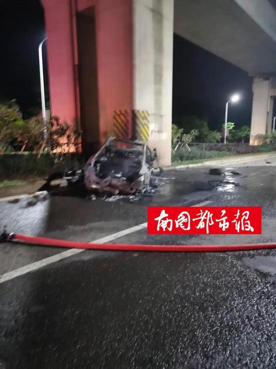 海口一小轿车撞击高铁桥墩后剧烈燃烧 致车内2人死亡