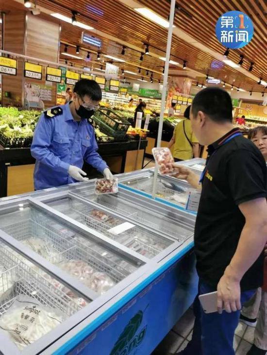(图说:工作人员在西安鑫朱雀农贸批发市场检查冷冻食品 来源:陕西交通广播)