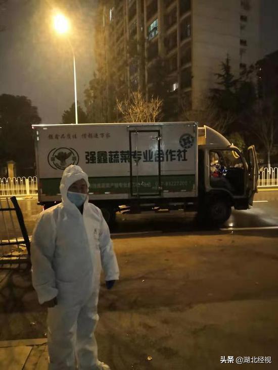 武汉封城时代,送菜至深夜的李志方。