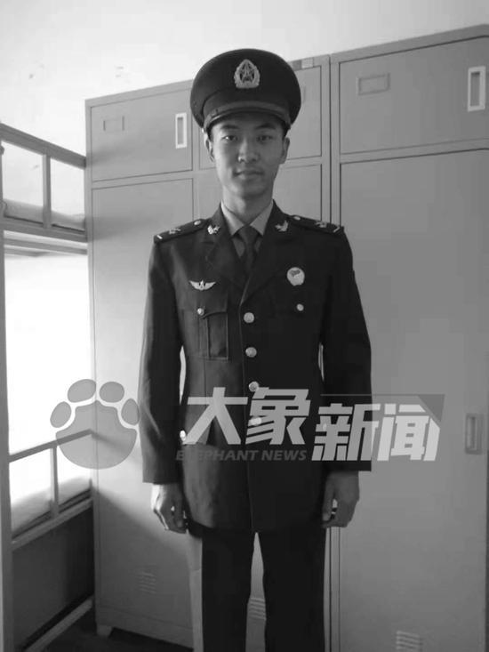 卫国戍边牺牲烈士王焯冉父亲含泪:为英雄的儿子感到骄傲图片