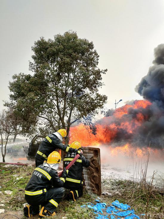 南京江宁区禄口街道启航大道上3辆货车失火 目前已被扑灭图片