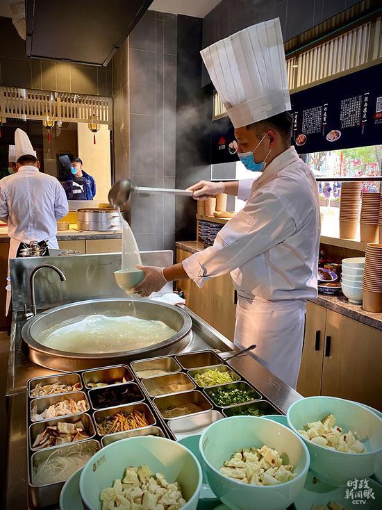 △灌汤虾球、肉夹馍、肉包,是步行街烟火气的最佳代表。(总台央视记者史伟、王哈男、李辉拍摄)