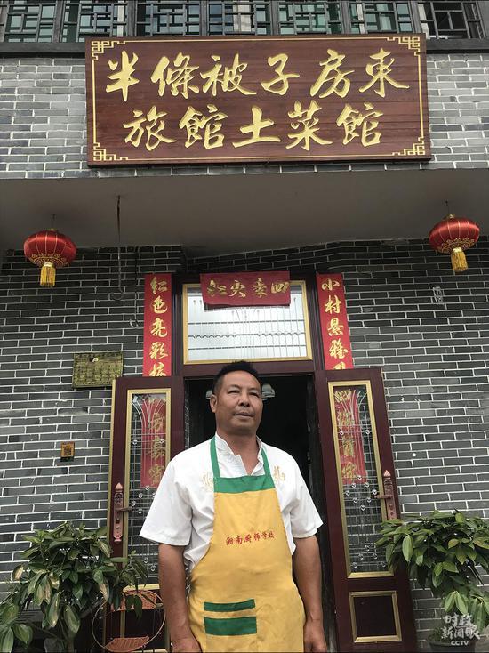 △徐解秀老人的孙子朱小红开了村里第一家农家乐。这是本年6月朱小红在自家店肆前留影。