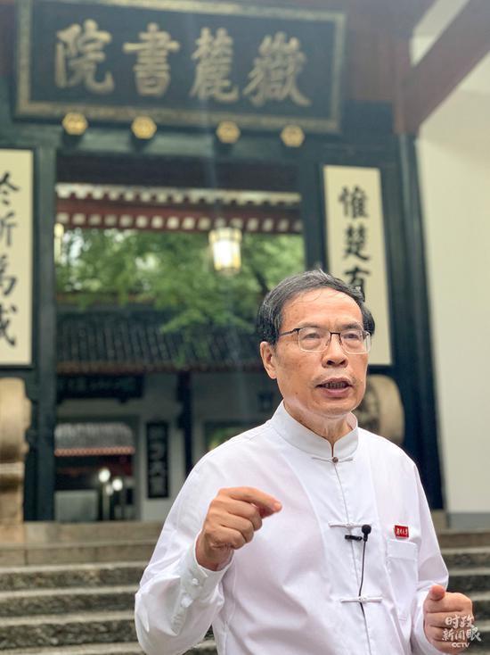 △当天给总书记作先容的是曾任岳麓书院院长20多年的朱汉民传授。(总台央视记者卢心雨拍摄)