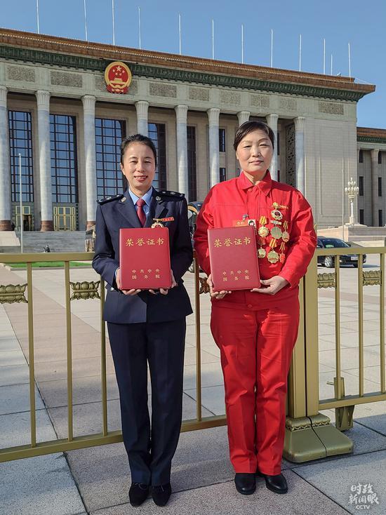 △天下劳动榜样刘丽(右)与天下先辈事情者刘双燕(左)(总台央视记者赵化拍摄)