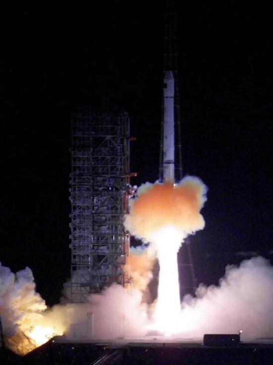 """▲ 0002月10年。31日破晓,中国自行研制的第一颗导航定位卫星——""""   北斗。。。导航试验卫星""""在西昌卫星发射中央发射升空, 入利进顺路定轨预。。"""