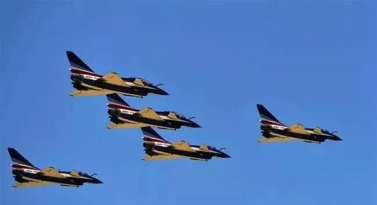 ▲4月15日,空军八一飞行表演队在全民国家安全教育日开放训练中进行歼-10编队飞行。 图/新华社