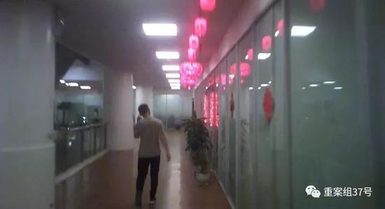 ▲菲律宾珍珠大厦内的网络赌博公司都有中国风格的装饰,门口挂着红灯笼贴着福字。图/新京报调查组 摄