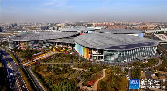 ↑空中俯瞰上海国家会展中心(11月1日无人机拍摄)。新华社记者凡军摄