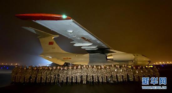 1月24日晚,由陆军军医大学抽调精壮医务职员组建的医疗队在重庆江北国际机场停机坪集结,预备连夜驰援武汉。 新华社发