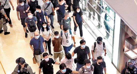 [摩天平台]记者还是示威者香港又现摩天平台记者图片