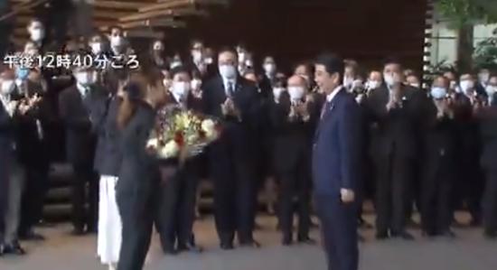 安倍离开首相官邸(图源:日媒)
