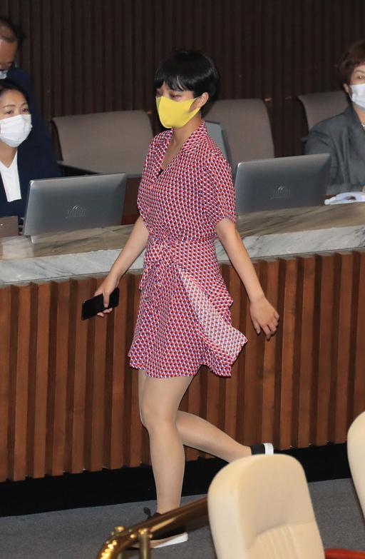 韩国27岁女议员穿粉红裙子去国会 网友吵翻天(图)