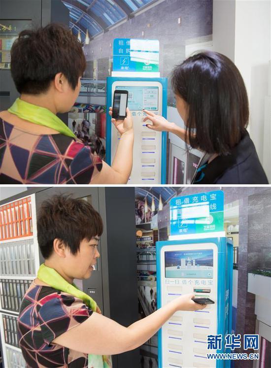 一名体验者在工作人员的指导下利用自己的信用评分借用充电宝(拼版照片,2017年7月18日摄)。 新华社记者 翁忻旸 摄