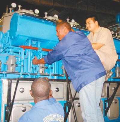 2003年3月,柴油發電機組工程建成,中國和幾內亞比索兩國的工程技術專家對機組進行檢查並聯合驗收。徐 明攝