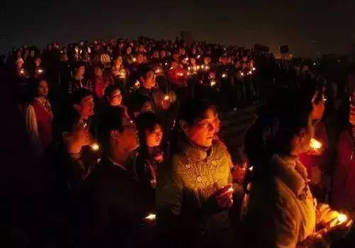 金华人为英雄烛光守夜。