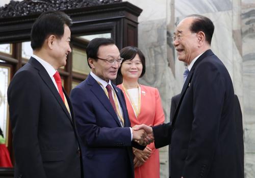 19日,金永南在朝鲜万寿台议事堂会见韩方各政党代表。(朝中社)