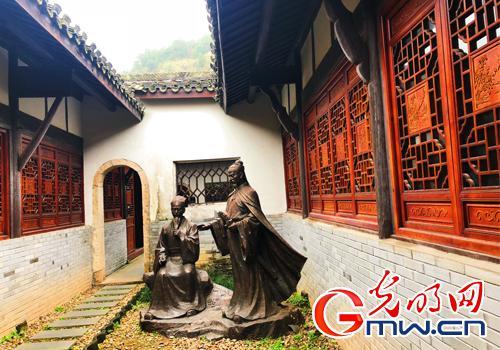 """图为辛弃疾和陈亮""""鹅湖之晤""""的雕塑。(光明网记者 郑芳芳/摄)"""