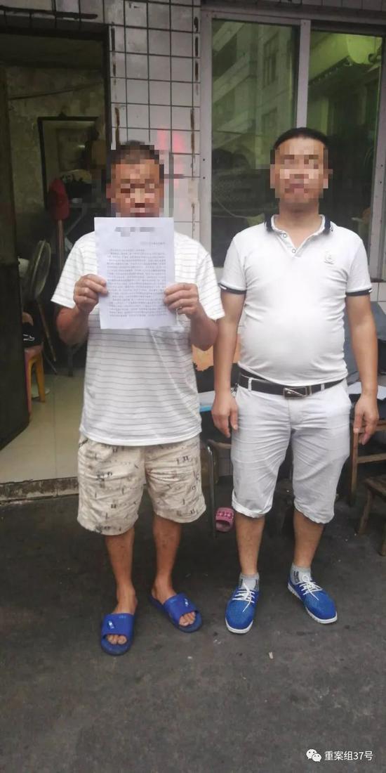 ▲今日下午,在广东住所,父亲张福手持无罪判决书。受访者供图