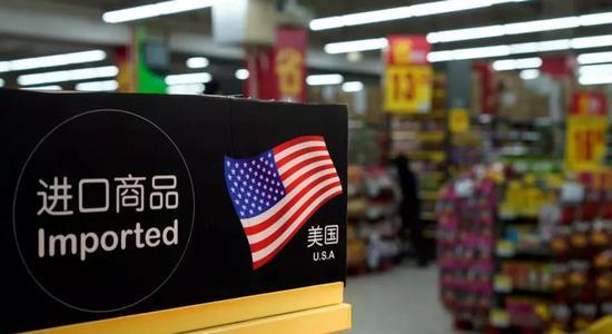 ▲上海一家超市里的美国商品柜台(路透社)