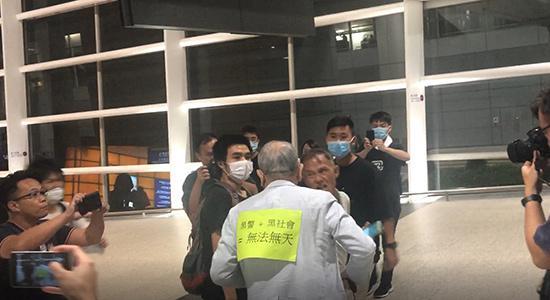 "<b>赴港记者:暴徒假扮受害者  西方媒体""拉偏架""</b>"