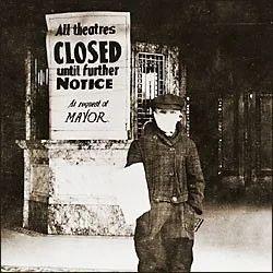 图为影院门口张贴的大幅关闭通知海报。