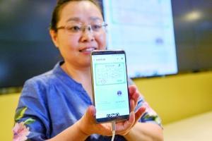 市民殷女士展示其二胎宝宝的出生医学证明电子证照。