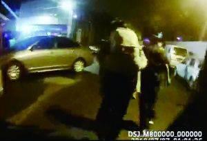 民警将女子背上警车送往医院