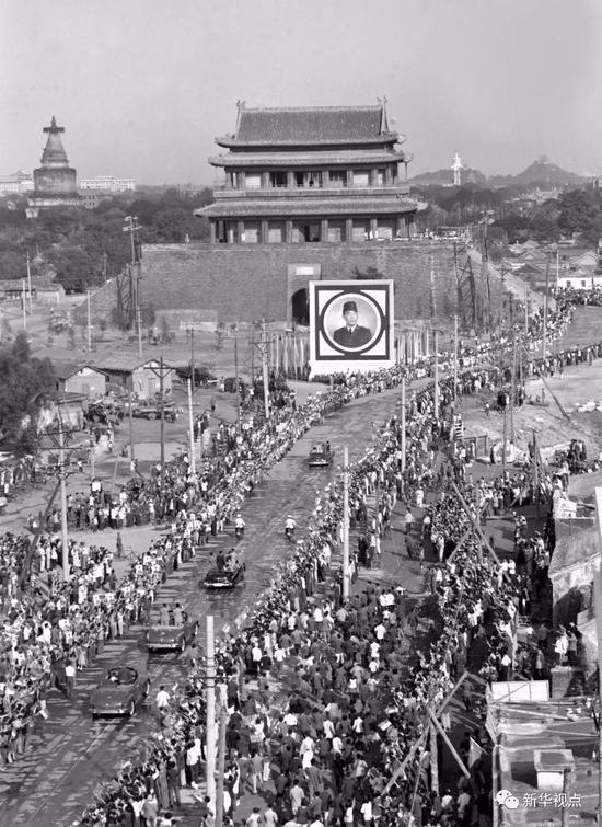 1956年9月30日,印度尼西亚共和国总统苏加诺应邀来中国访问,他乘坐汽车进入阜成门时,受到北京市人民的热烈欢迎。新华社记者杜修贤摄