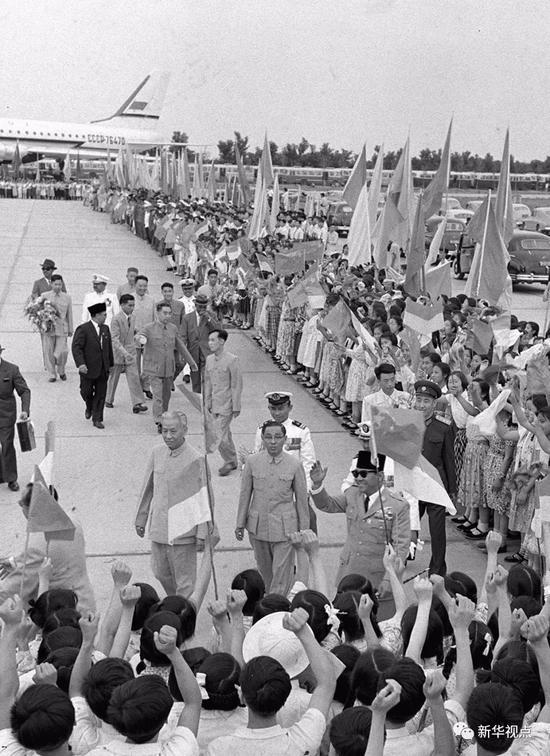 1961年6月13日, 首都人民在机场迎接来访的印度尼西亚共和国总统苏加诺。新华社记者张彬摄