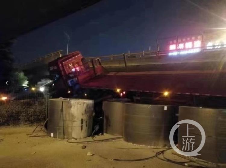 ▲无锡塌桥现场,大货车旁疑似散放着至少四匝大型钢材。图片来自网络